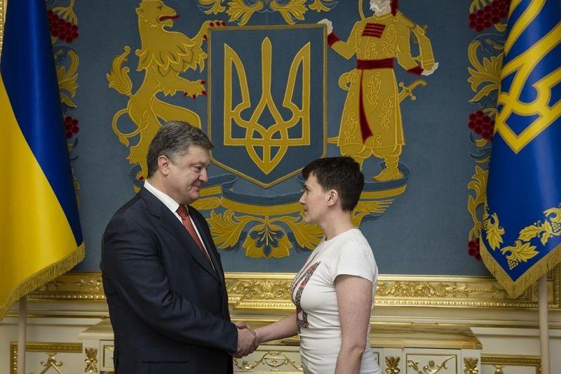 Prezydent Ukrainy Petro Poroszenko i Nadij Sawczenko, źródło president.gov.ua