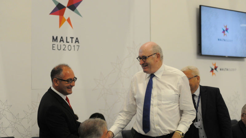 Roderick Galdes (l), maltański sekretarz parlamentarny (odpowiednik polskiego sekretarza stanu) ds. rolnictwa, rybołówstwa i praw zwierząt oraz Phil Hogan, komisarz ds. rolnictwa i rozwoju obszarów wiejskich