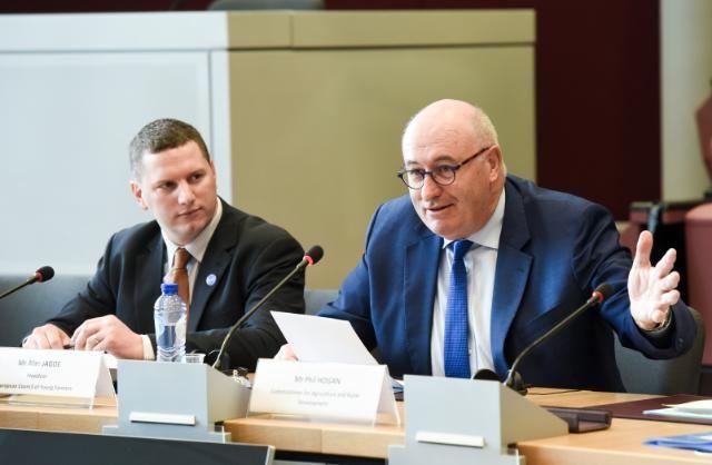 Phil Hogan (p), komisarz ds. rolnictwa i rozwoju obszarów wiejskich