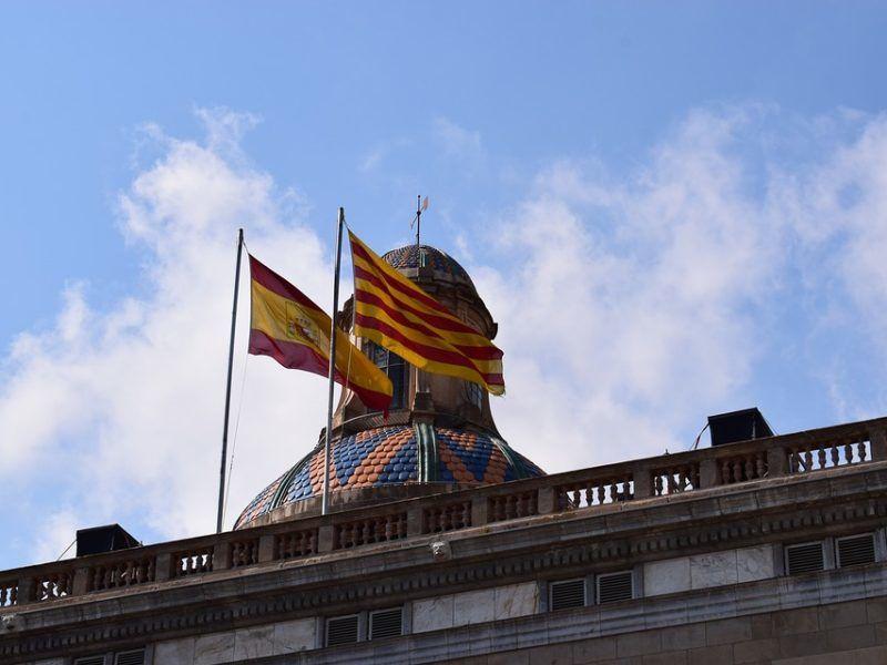 Flagi Hiszpanii i Katalonii, źródło Pixabay