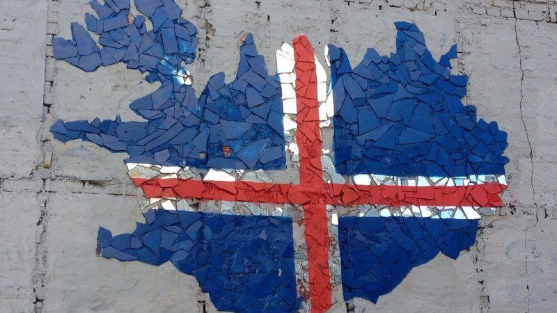 Kontur Islandii w barwach narodowej flagi, źródło Pixabay