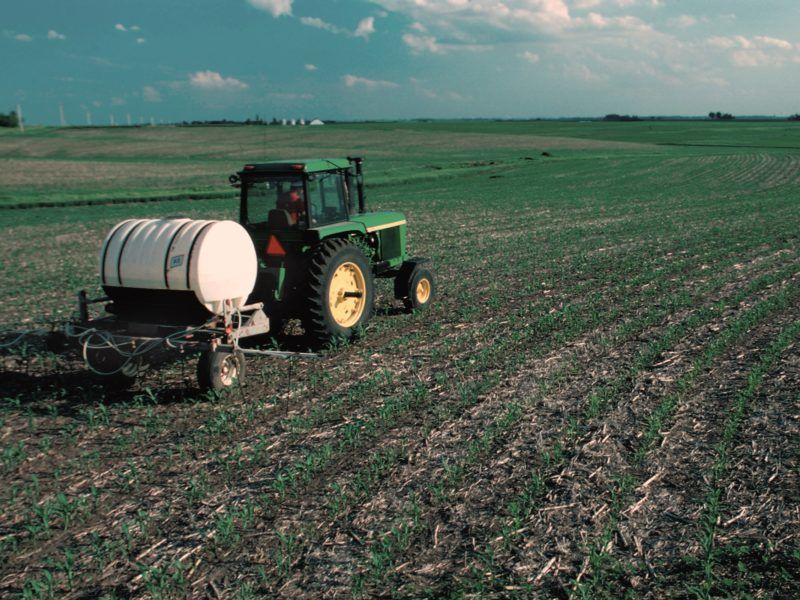 Nawożenie pola, źródło Wikipedia
