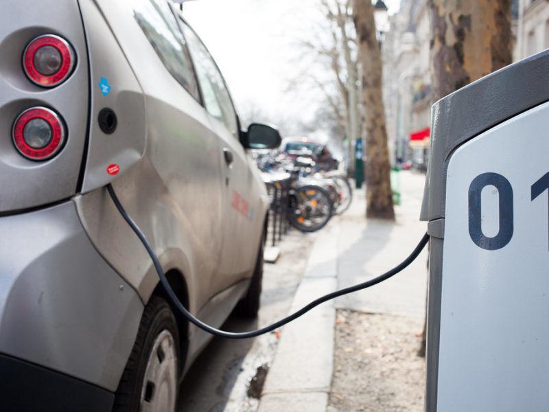 Ładowanie samochodu elektrycznego, źródło Flickr