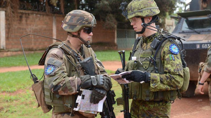 Żołnierze włoski i estoński podczas unijnej misji wojskowej w Republice Środkowoafrykańskiej, źródło Flickr