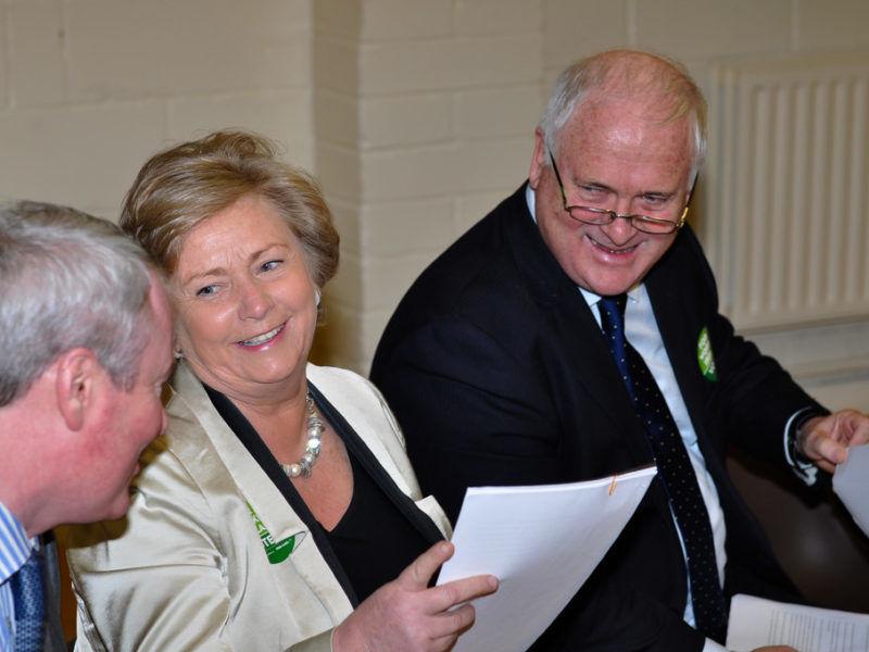 Frances Fitzgerald (w środku) w towarzystwie innych prominentnych polityków partii Fine Gail, m.in. byłego premiera Johna Brutona, źródło Flickr