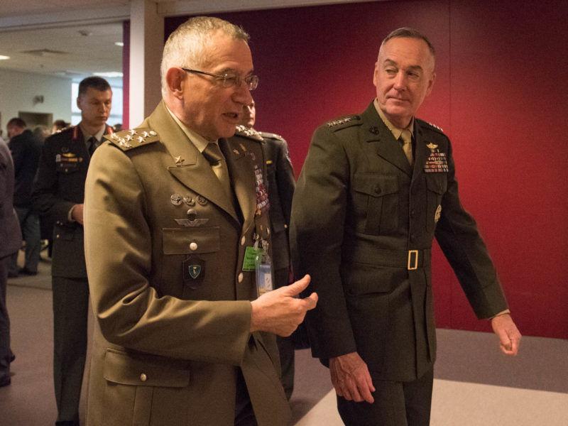 Generał Claudio Graziano (na pierwszym planie), źródło Wikipedia