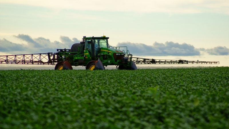 Opryskiwanie pola, źródło Flickr