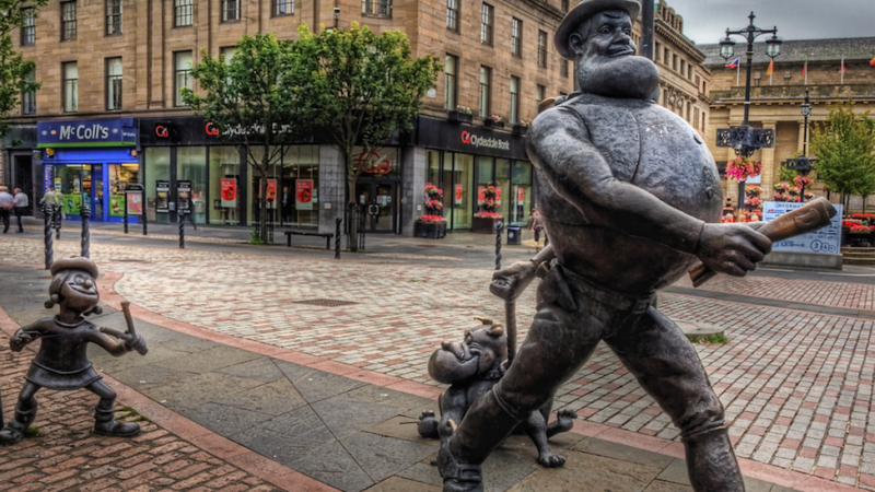 Pomnik przedstawiający popularne postaci z brytyjskich komiksów (m.in. Desperate Dan) w centrum Dundee, źródło Flickr