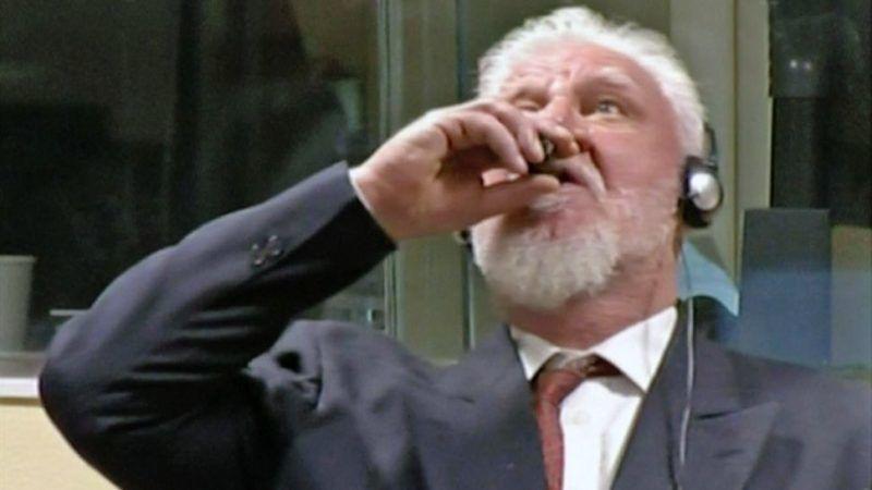 Slobodan Praljak wypija niezidentyfikowaną substancję na sali sądowej w Hadze, źródło: ICTY