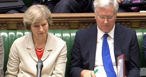Theresa May i Michael Fallon podczas posiedzenia Izby Gmin, źródło House of Commons