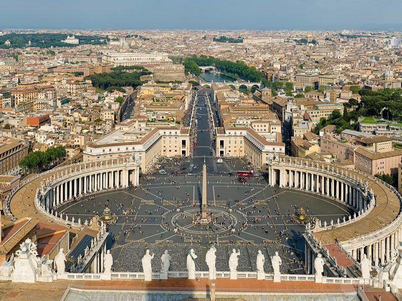 Widok z kopuły Bazyliki św. Piotra na Plac św. Piotra oraz prowadzącądo Watykanu Via della Conciliazione, źródło Wikipedia