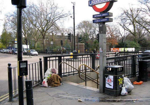 Bezdomna osoba przed wejściem do jednej ze stacji metra, źródło Wikipedia