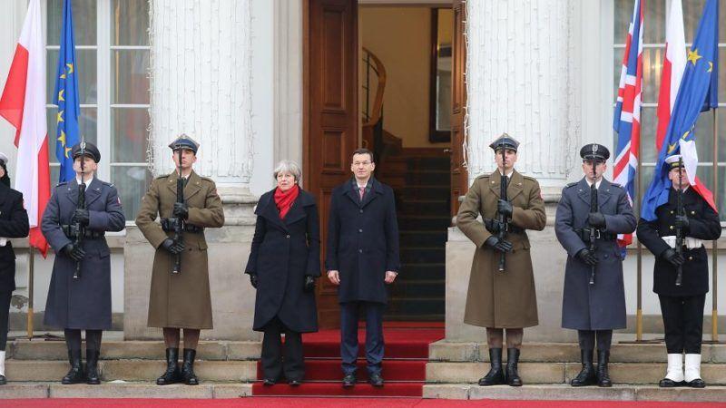 Theresa May w Polsce, źródło: https://wyborcza.pl/7,75399,22814051,premier-theresa-may-i-jej-kluczowi-ministrowie-w-warszawie.html