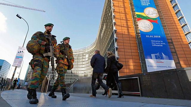 Żołnierze na przed brukselskim budynkiem Berlaymont, w którym mieści się Komisja Europejska, źródło Flickr