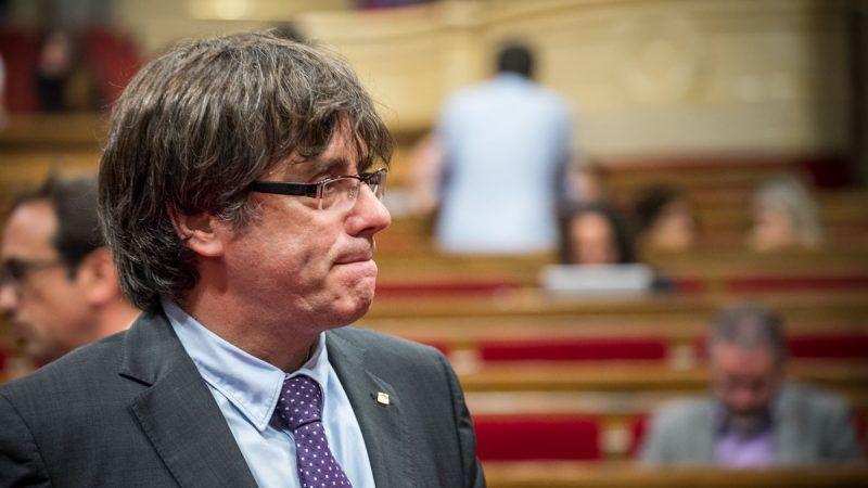 Carles Puigdemont jeszcze na sali obrad parlamentu Katalonii w Barcelonie źródło: Wikipedia
