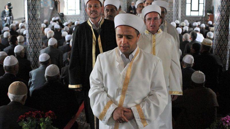 Greccy muzułmanie podczas modlitwy w meczecie, źródło Wikipedia