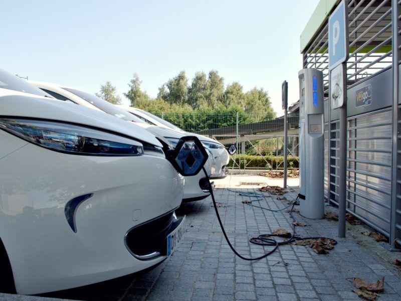 Pojazdy elektryczne podczas ładowania, źródło PxHere