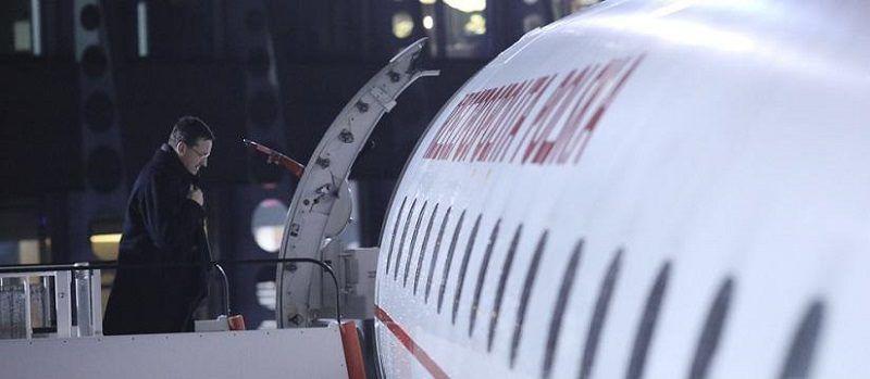 Premier Mateusz Morawiecki przed wejściem do samolotu, źródło: KPRM - B. Kosiński/ MR