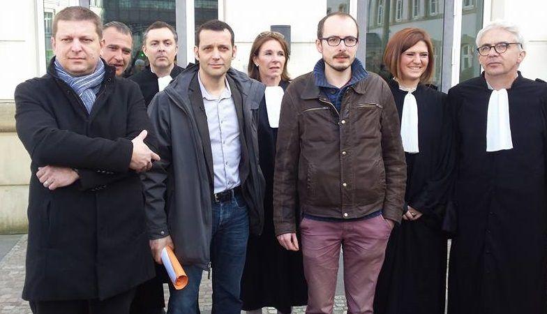 Raphael Halet i Antoine Deltour (w środku) w otoczeniu adwokatów przed budynkiem sądu w Luksemburgu, źródło Wikipedia