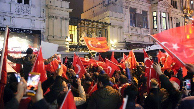 Antyholenderska manifestacja przed konsulatem Holandii w Stambule w marcu 2017 r., źródło Flickr