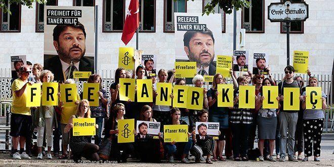 Demonstracja w obronie Tanera Kilica przed ambasadą Turcji w Berlinie, źródło Amnesty International