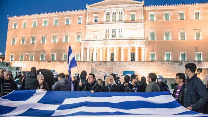 Manifestanci pod budynkiem parlamentu w Atenach, źródło Flickr
