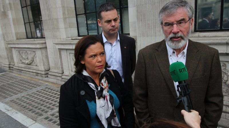 Mary Lou McDonald i Gerry Adams (na pierwszym planie), źródło Flickr