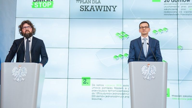 Premier Mateusz Morawiecki i wiceminister przedsiębiorczości i technologii Piotr Woźny, konferencja prasowa ws. smogu, źródło KPRM