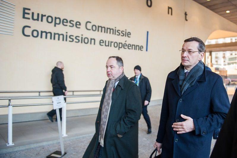 MSZ Konrad Szymański przed budynkiem KE w Brukseli luty 2018, źródło KPRM