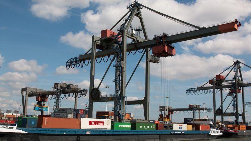 Terminal kontenerowy w porcie w Rotterdamie, źródło MaxPixel