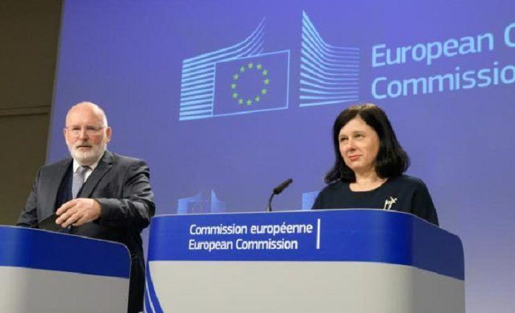 Komisarze: Věra Jourová i Frans Timmermans na wspólnej konferencji prasowej w KE, źródło: KE/Georges Boulougouris