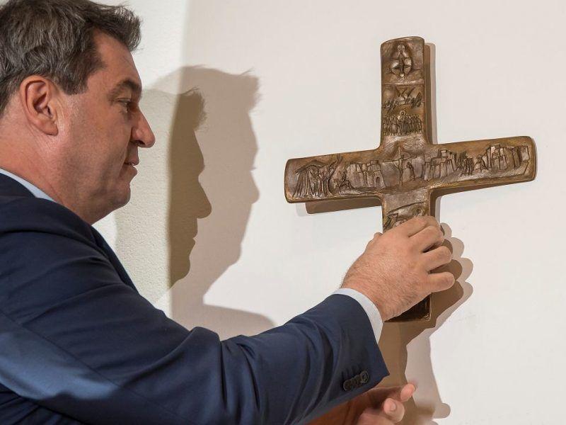 Krzyż w kancelarii premiera Bawarii Markusa Södera, źródło: https://wyborcza.pl/7,75399,23321342,wladze-bawarii-zarzadzily-ze-w-kazdej-panstwowej-instytucji.html