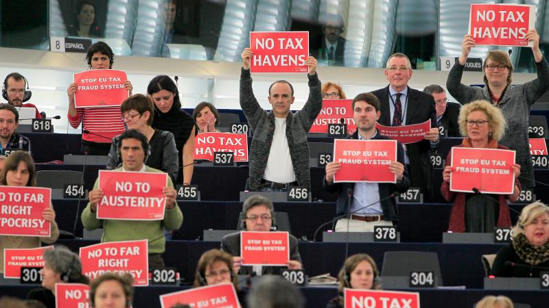 Europosłowie z transparentami dotyczącymi m.in. walki z unikaniem opodatkowania, źródło: Flickr/European Parliament