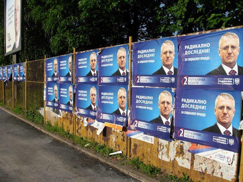 Plakaty wyborcze z wizerunkiem Vojislava Šešelja, źródło: Wikipedia/fot. Micki