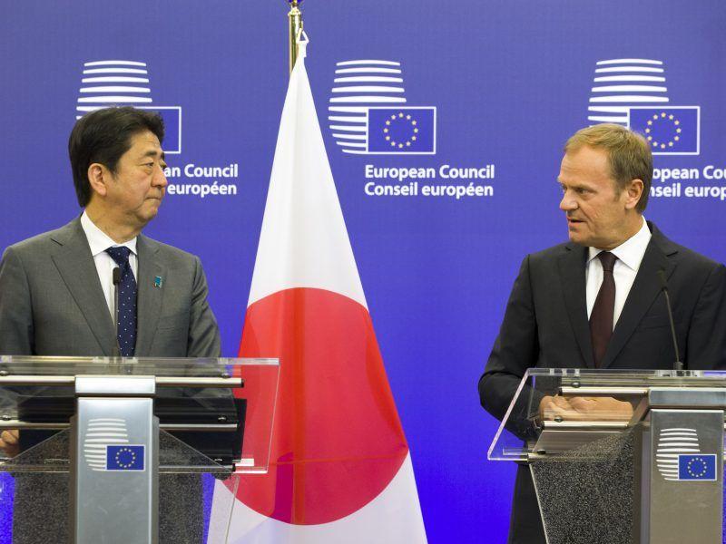 Premier Japonii Shinzo Abe i przewodniczący Rady Europejskiej Donald Tusk, źródło: Flickr/European Council President