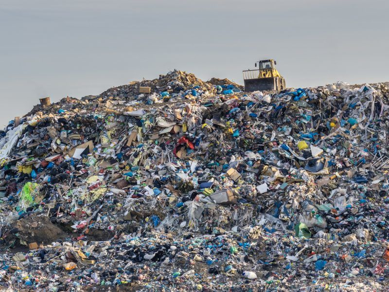 Pollution concept. Garbage pile in trash dump or landfill. źródło: © AP Images/European Union-EP