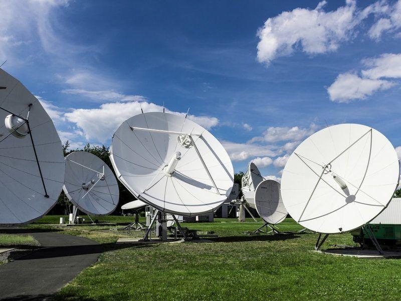 Anteny satelitarne, źródło: Pixabay, fot. TheoLeo