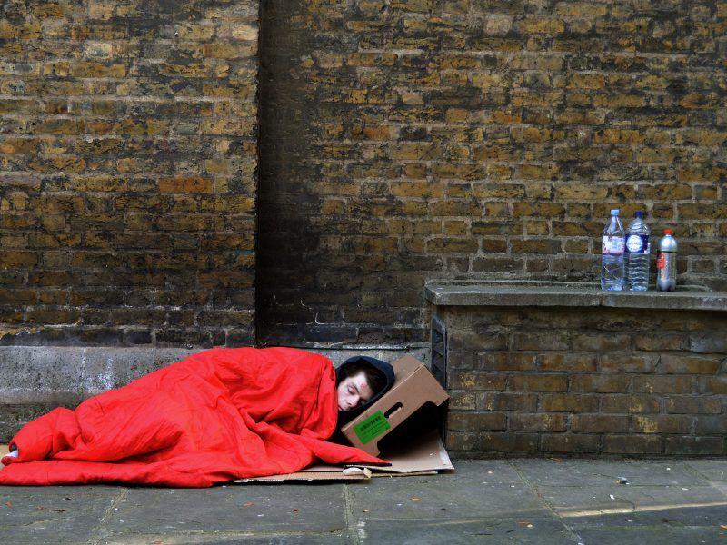 Bezdomna osoba na ulicy Londynu, źródło: Flickr/fot. Neil Hester