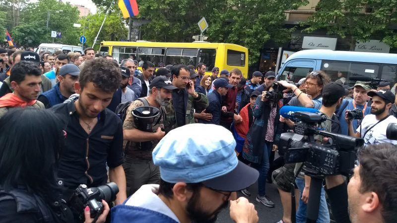 Nikol Paszynian (w środku, w czapce z daszkiem i z megafonem pod pachą) zmierza w otoczeniu swoich zwolenników na jednąz manifestacji, źródło: Wikipedia/fot. Raffi Kojian