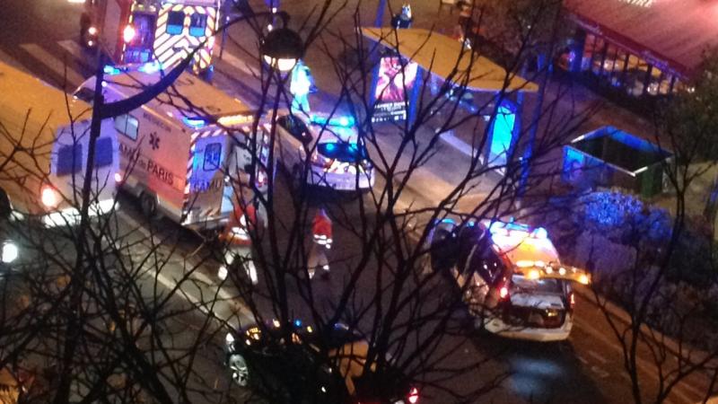 Francuska policja zabezpiecza miejsce zamachu w Paryżu, źródło Wikipedia/Apollofox, fot. J Poitevin