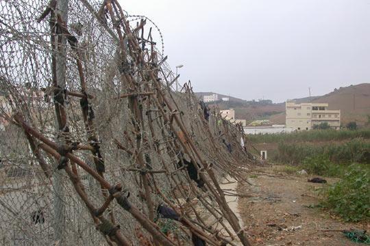 Amatorsko wykonane drabiny, które służą do forsowania ogrodzenia między Ceutą, a Maroko. Źródło: Flickr/Noborder Network