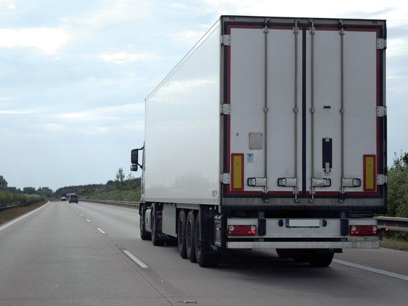 Ciężarówka na autostradzie, źródło: publicdomainpictures.net, fot. Carlos Sardá