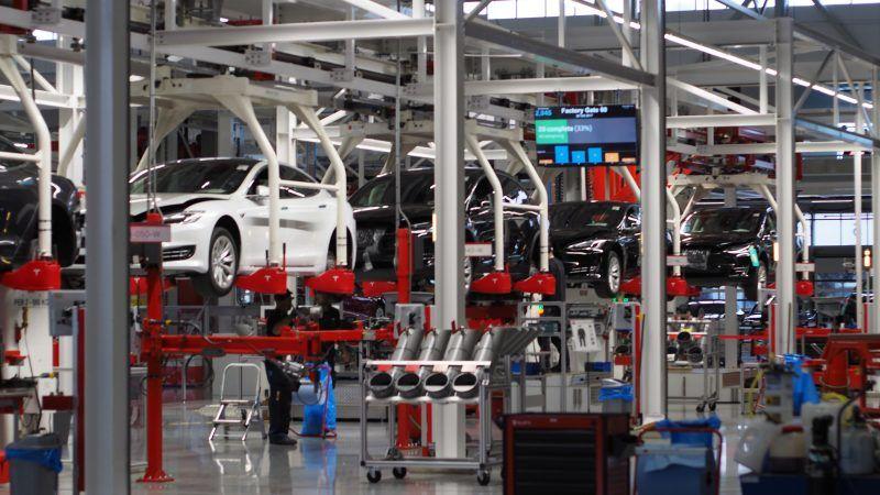 Fabryka samochodów, źródło: Pexels, fot. Jens Mahnke