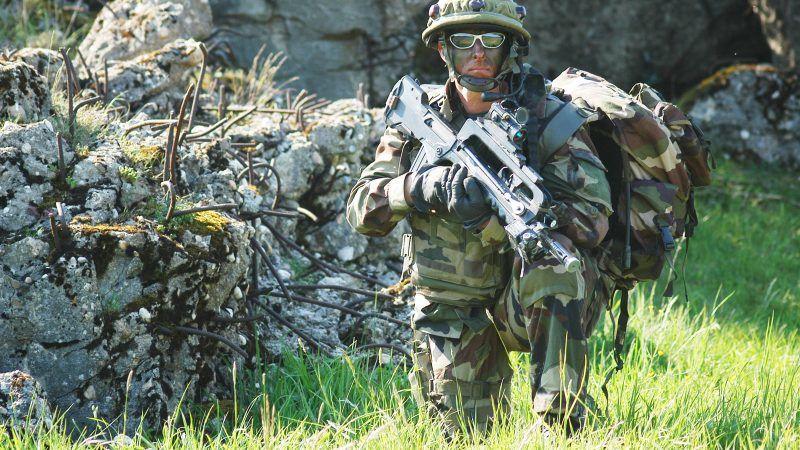 Francuski żołnierz podczas ćwiczeń NATO, źródło: Wikipedia/fot. Spc. Kalie Frantz/U.S. Army