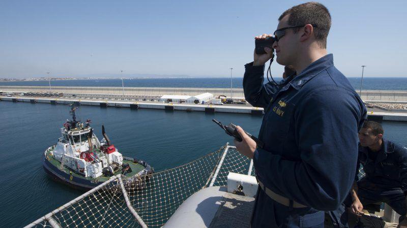 Marynarze w porcie w Walencji, źródło: Flickr/US Navy photo by Mass Communication Specialist 3rd Class Magen F. Weatherwax/Released