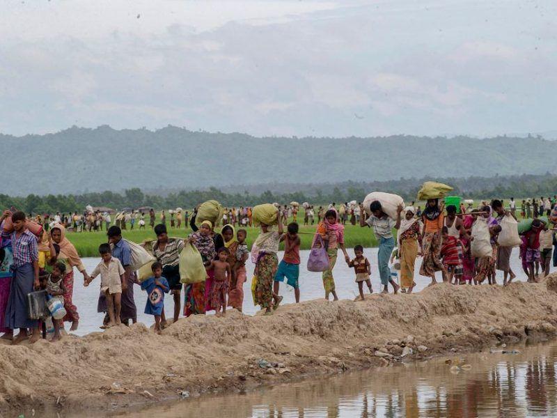 Muzułmanie Rohingya uciekający przed prześladowaniami z Mjanmy (dawniej Birma) do sąsiedniego Bangladeszu, 19 października 2017 r., źródło: Gazeta Wyborcza