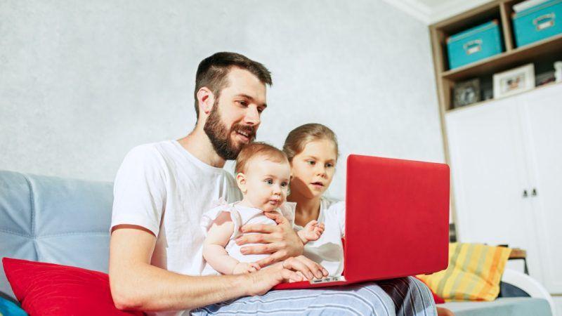 Ojciec z dziećmi, źródło: EURACTIV.com