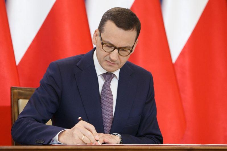 Premier Mateusz Morawiecki podpisuje, źródło KPRM