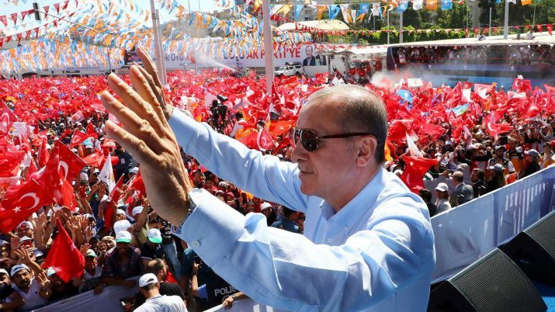 Recep Tayyip Erdogan na przedwyborczym wiecu, 20 czerwca 2018 r., źródło: https://wyborcza.pl/7,75399,23576627,partyjna-trojka-akp-puka-do-drzwi-juz-w-niedziele-turcy-wybiora.html