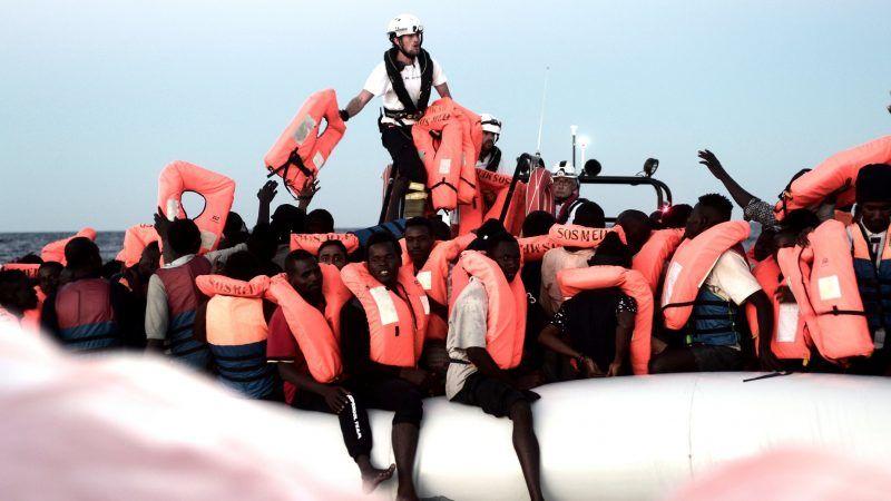 """Zdjęcie z akcji podjęcia z morza osób, które teraz znajdująsię na pokładzie statku """"Aquarius"""", źródło: Facebook/SOS Mediteranee"""